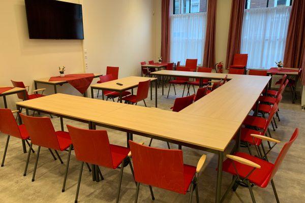 Foto van zaal 2 in u-vorm voor cursussen